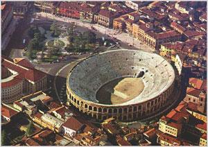 Panoramica dall'alto su Piazza Bra a Verona