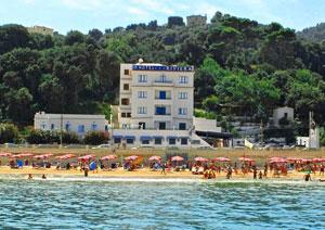 Panoramica dal mare sull'Hotel Riviera a Rodi Garganico